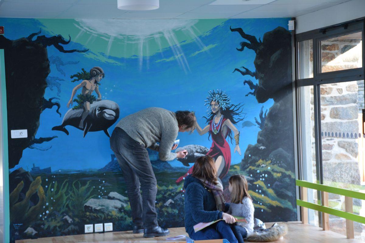 Finition de la fresque lors de l'inauguration de la bibliothèque
